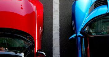 Carro vermelho visto de cima estacionado no lado esquerdo de uma carro azul