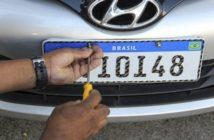 Imagem do novo modelo de placa da Merconsul sendo emplacada em um carro