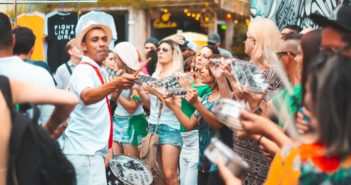 Foliões curtindo o bloco de rua durante o Carnaval